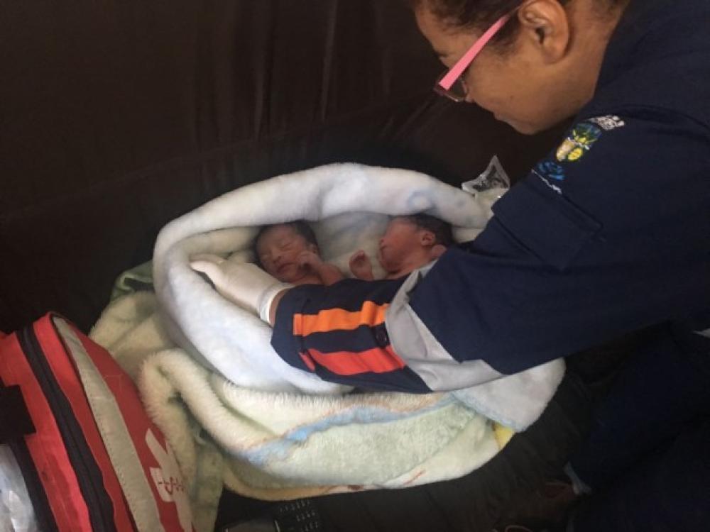 Gêmeas recém-nascidas são abandonadas em terreno baldio no Paraná